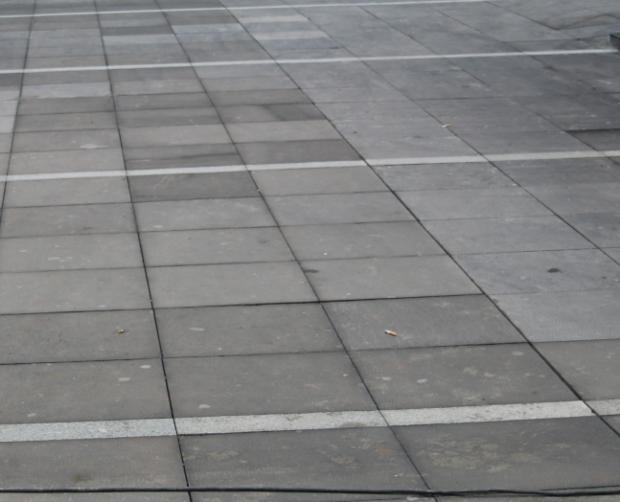 重庆观音桥轻轨3号出口,广场地面铺贴黑颜色的石材是花岗石的那种