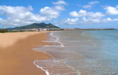 """石岛镇位于山东胶东半岛东南端,濒临黄海,因""""背山靠海,遍地皆石""""而得"""