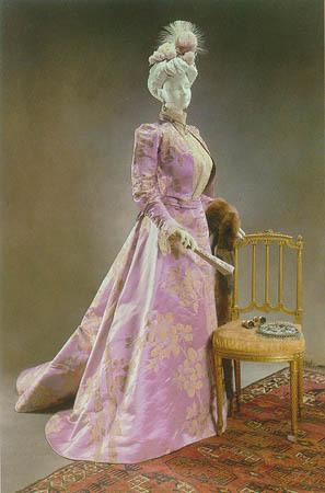 所以,成为皇后的专属服装设计师,正是worth梦寐以求的目标.